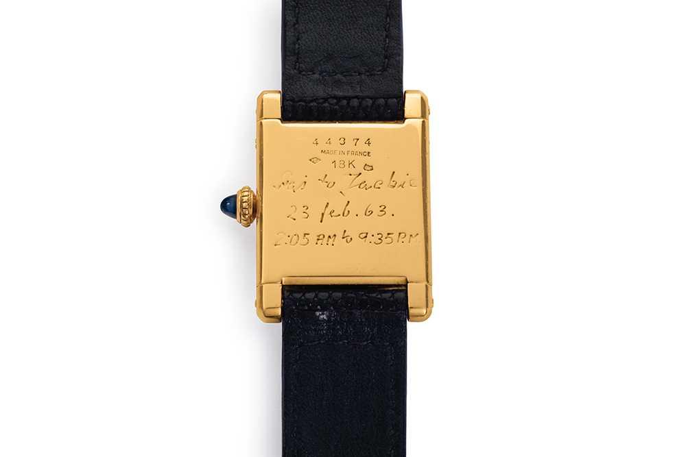 Tidpunkterna i ingraveringen står för hur lång tid det tog för Jackie Kennedys svåger att vandra drygt 80 kilometer.
