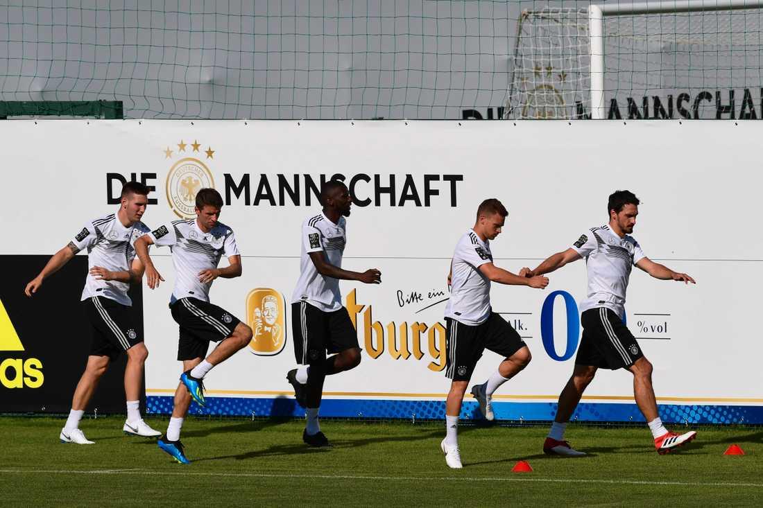 Försvararna Antonio Rüdiger (mitten) och Joshua Kimmich (bredvid till höger) hamnade i bråk.