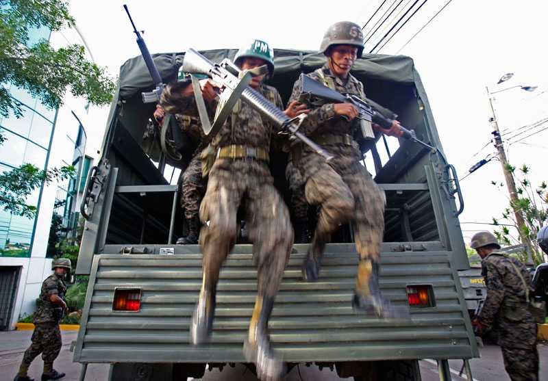 Fler soldater anländer för att patrullera området kring presidentpalatset i Honduras. På söndagen stängdes också en tv-kanal som är trogen den gripne president Zelaya.