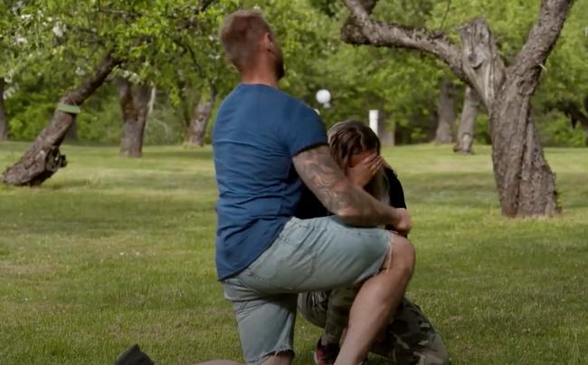 Erik Parai Arnesson tröstar Jessica Östlund efter att ha skickat hem henne.