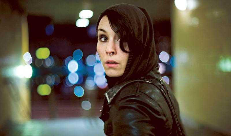 Smal, punkig, supersmart och lite knäpp. Noomi Rapace som den kvinnliga datahackern Lisbeth Salander är ett genombrott av sällan skådat slag, skriver Jan-Olov Andersson.