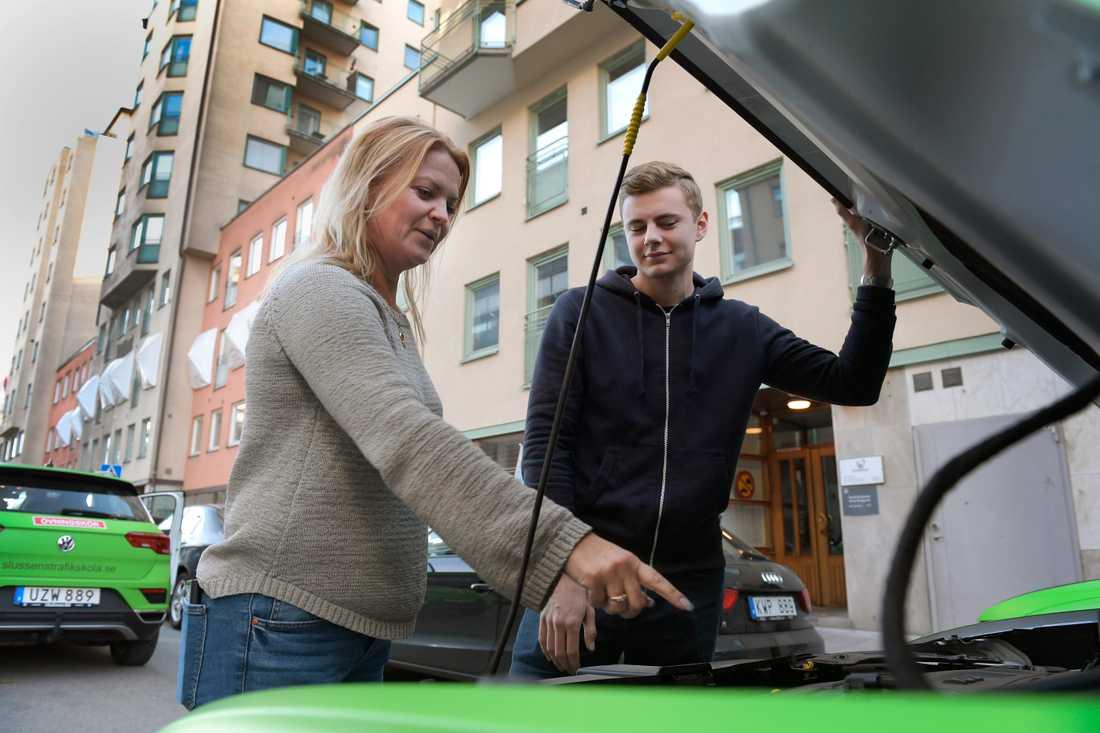 Trafikskolechef Marita Lundin Rosengren tillsammans med en av sina elever, Sigge Björs. Marita Lundin Rosengren skulle vilja se en begränsning när det gäller hur snabbt efter misslyckat prov som provdeltagaren kan prova på nytt.