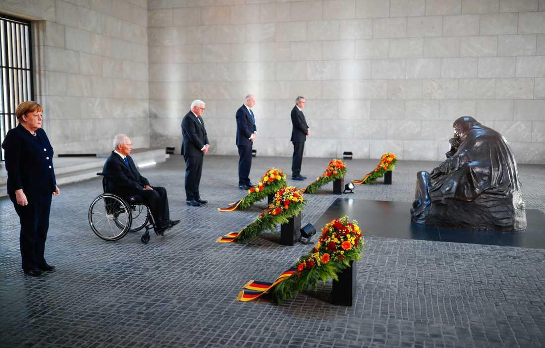 Tysklands förbundskansler Angela Merkel, förbundsdagens talman Wolfgang Schäuble, förbundspresident Frank-Walter Steinmeier, förbundsrådets talman Dietmar Woidke och författningsdomstolens ordförande Andreas Vosskuhle vid en ceremoni i Neue Wache i Berlin.