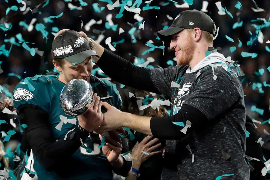 Nick Foles får Vince Lombardi Trophy av Carson Wentz efter att ha vunnit Super Bowl.