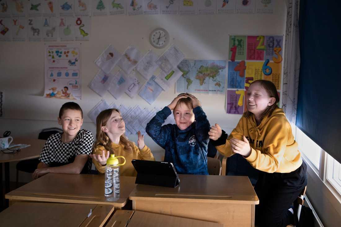 Några av eleverna på Mockfjärdsskolan när Andreas Magnusson höll ett klimatquiz.