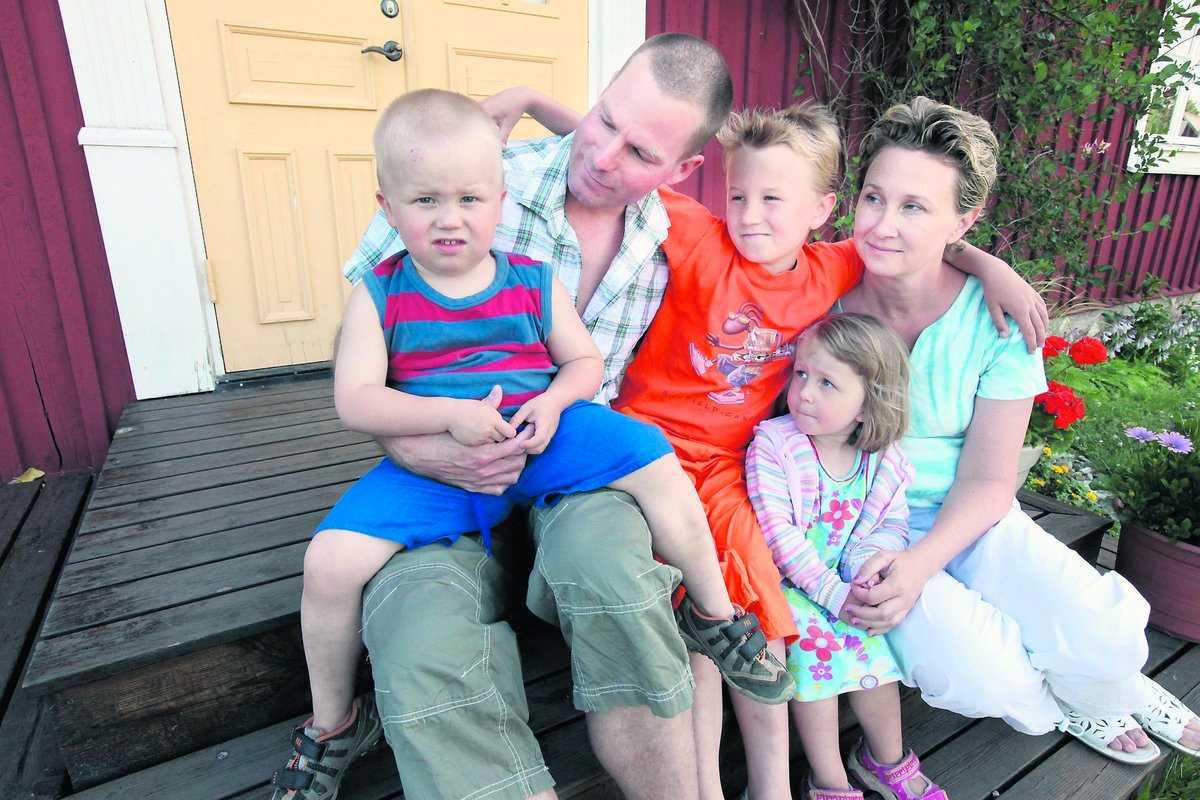 """""""dag för dag"""" Sigges föräldrar har gått ned i arbetstid sedan han fick sin andra diagnos, Duchennes muskeldystrofi. Nu är det viktigare för dem att ha roligt med barnen, bland annat håller Sigge på att lära sig rida. """"Förut levde vi årsvis, nu tar vi dag för dag"""", säger pappa Martin Stengård. Här tillsammans med storebror Malte, 8, tvillingsyster Hedda, 3, och mamma Therese."""