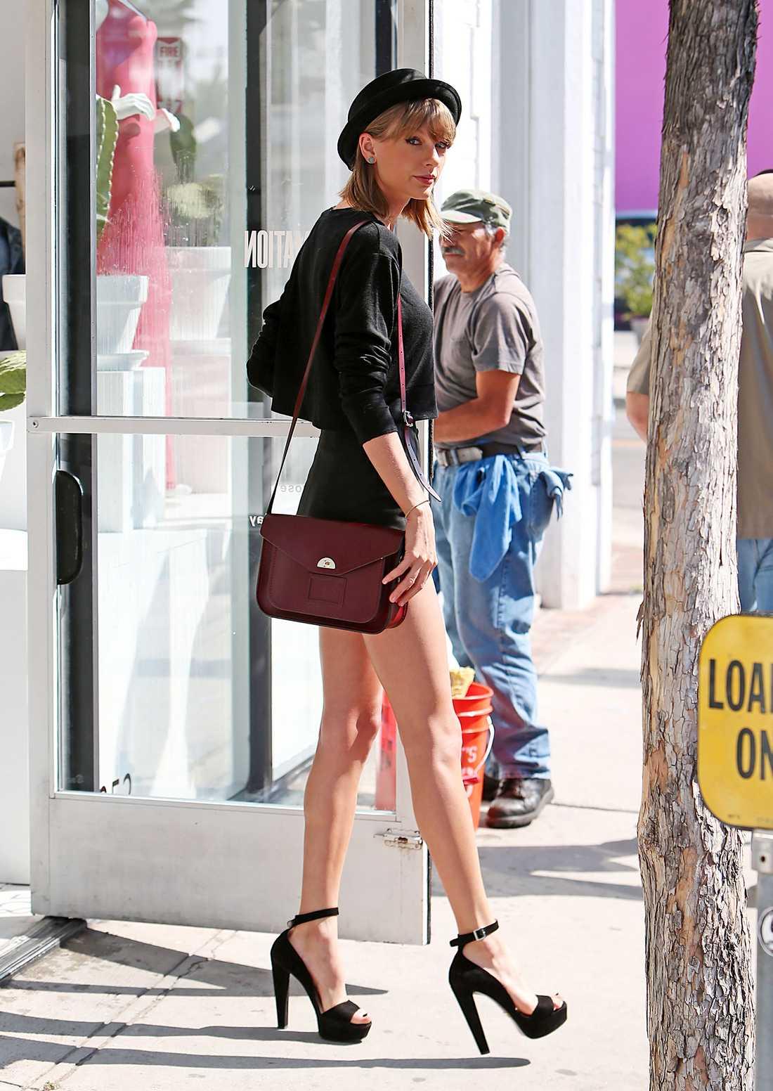 Taylor Swift Sångerskan ser ut att vara två meter över havet i sina höghus till klackar. Till dem matchar hon med shorts och stickad tröja. Gillar du looken finns det liknande alternativ nedan.