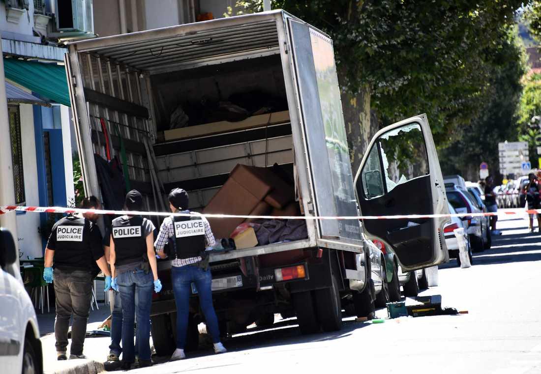 Polisen undersöker en lastbil på en gatan i närheten av den adress där den utpekade gärningsmannen uppges ha bott.