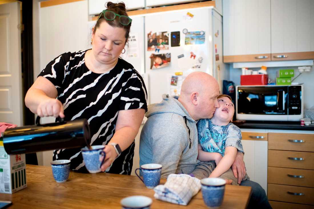 Annika Holm och Johan Franzén med sonen Jakob, som måste ha assistent dygnet runt för att överleva.