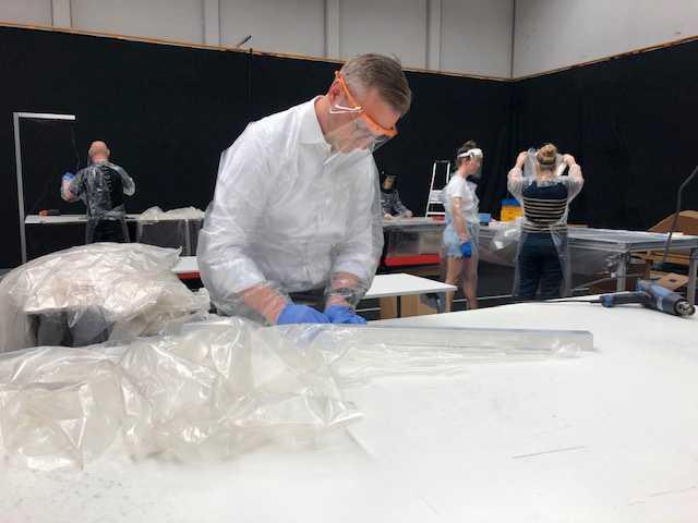Mikael Damberg tillverkade skyddsförkläden till vården.
