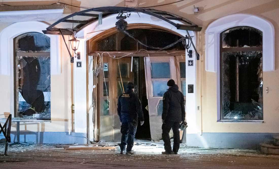 Entrén till en nattklubb på Stortorget i Malmö blev helt förstörd vid en explosion natten mot måndag.