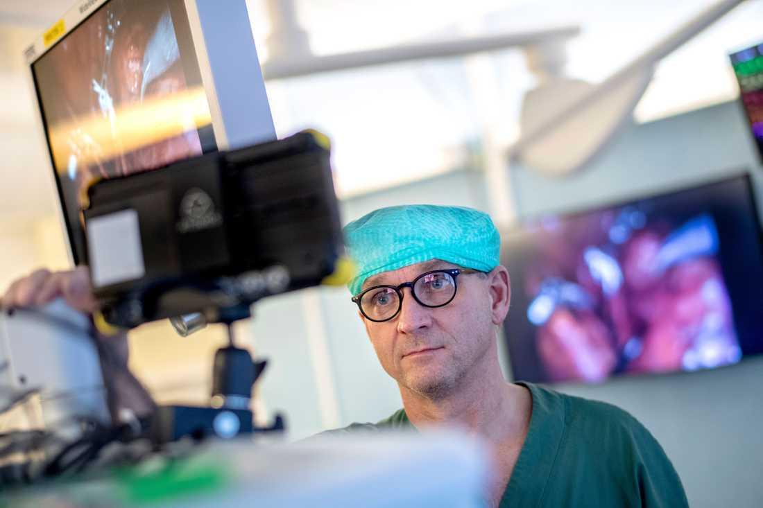 Mats Brännström, professor vid Sahlgrenska akademin i Göteborg, övervakar en livmodertransplantation via en bildskärm.