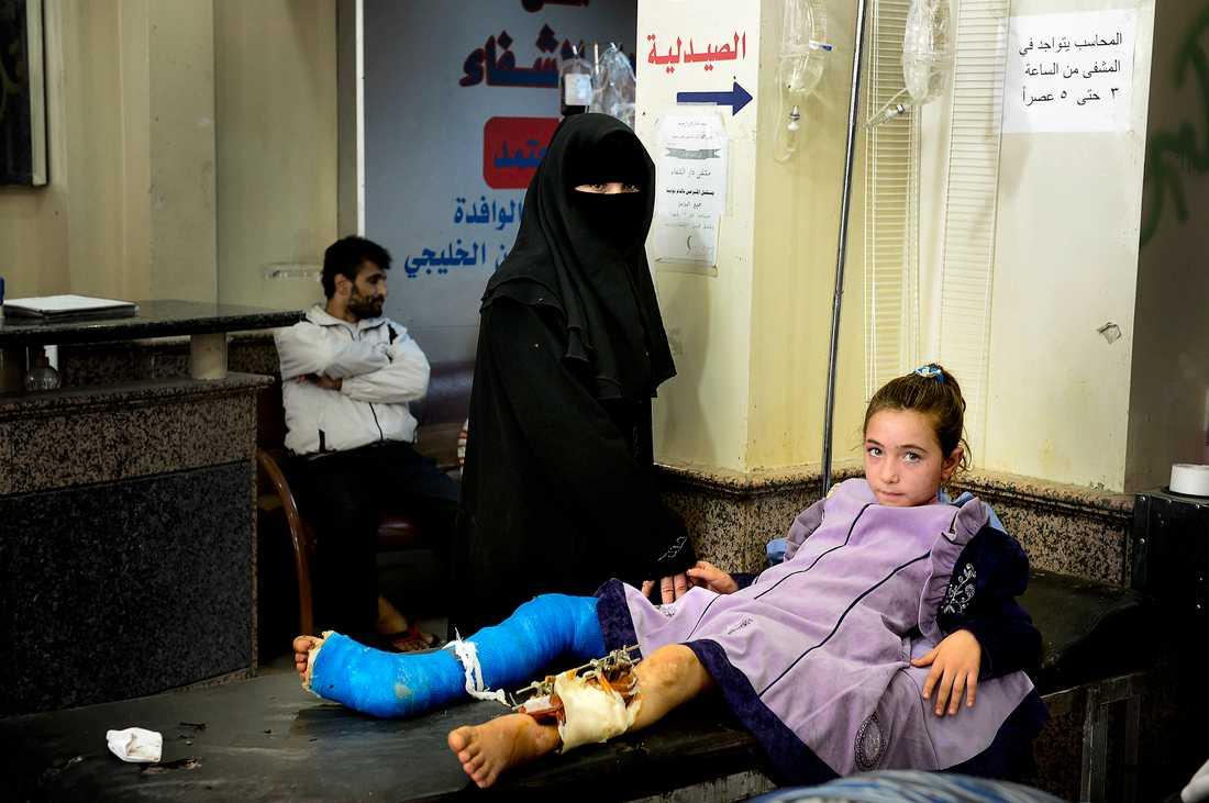 SÅREN LÄKER INTE Åttaåriga Rasha Assanis ben krossades när hennes familj försökte fly på en motorcykel mitt i natten. De kraschade ner i ett hål från en bomb när de körde med släckta ljus för att undvika krypskyttarna.