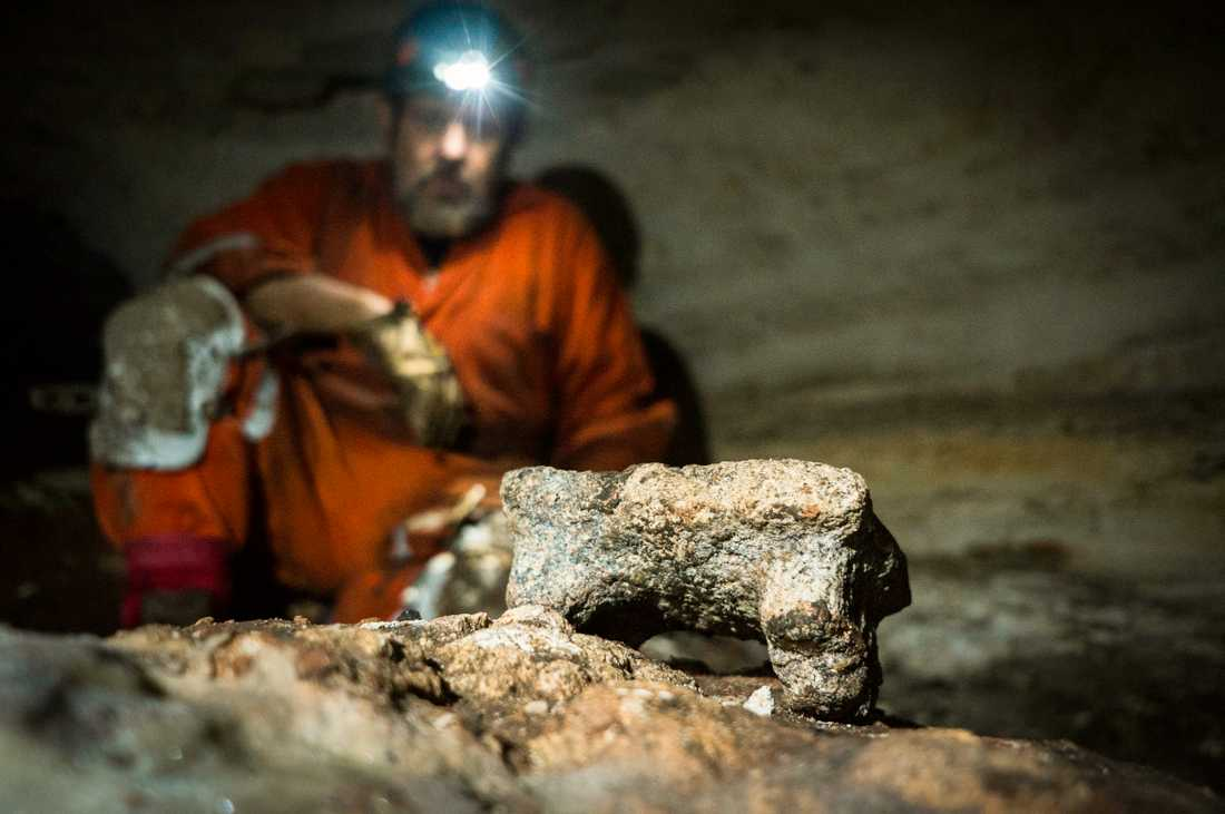 Bland fynden i grottan finns bland annat runt 200 keramiska vaser.