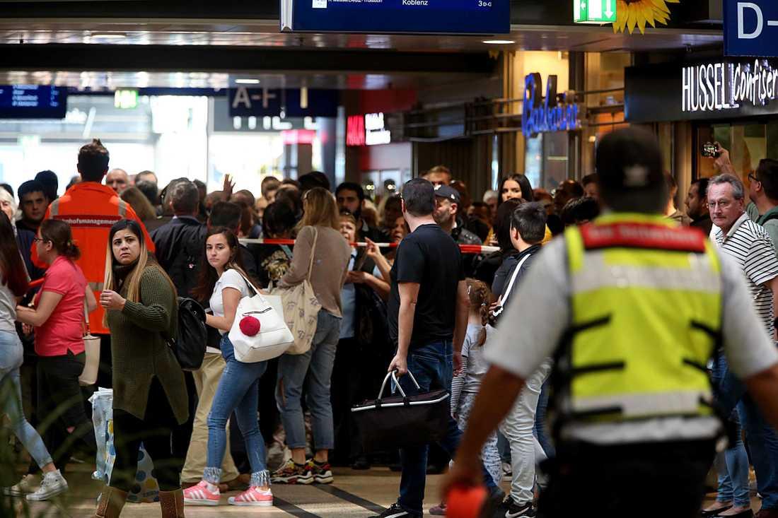 Centralstationen i Köln i Tyskland har evakuerats av polis efter ett misstänkt gisslandrama.