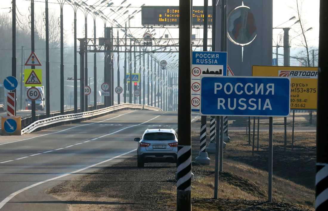 En öde motorväg från Vitryssland till Ryssland.