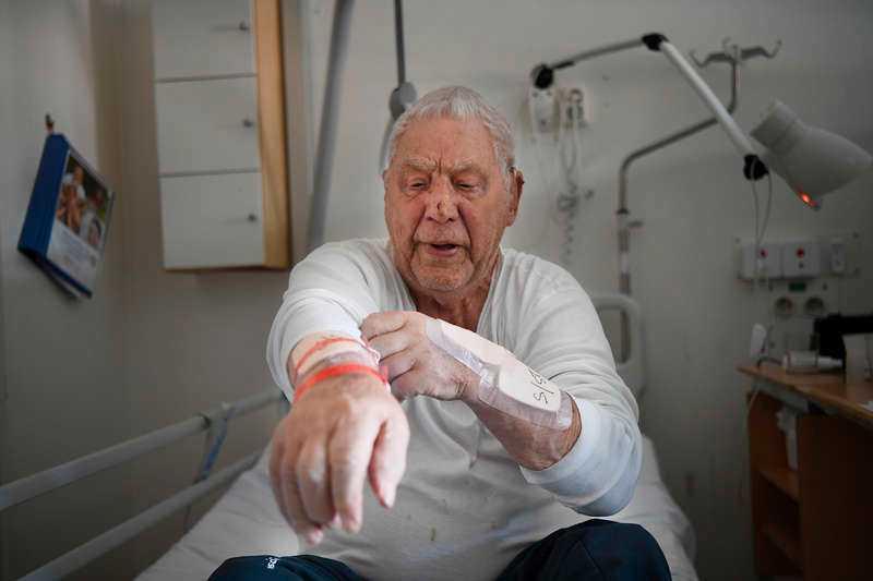 Ivan Westberg, 88, har ramlat när han protesterade mot att han inte fick någon färdtjänst eller trapphiss.