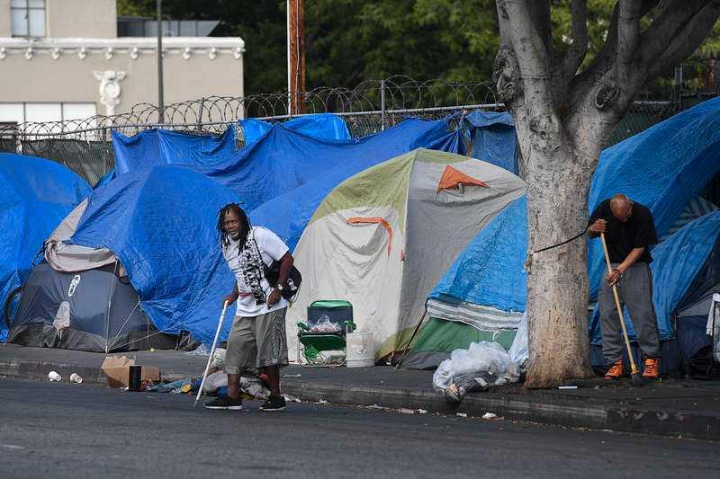 Statusboende. På Skid Row bor det fina folket i tält, medan de lägre socialgrupperna får nöja sig med presenningar eller att sova direkt på trottoaren.