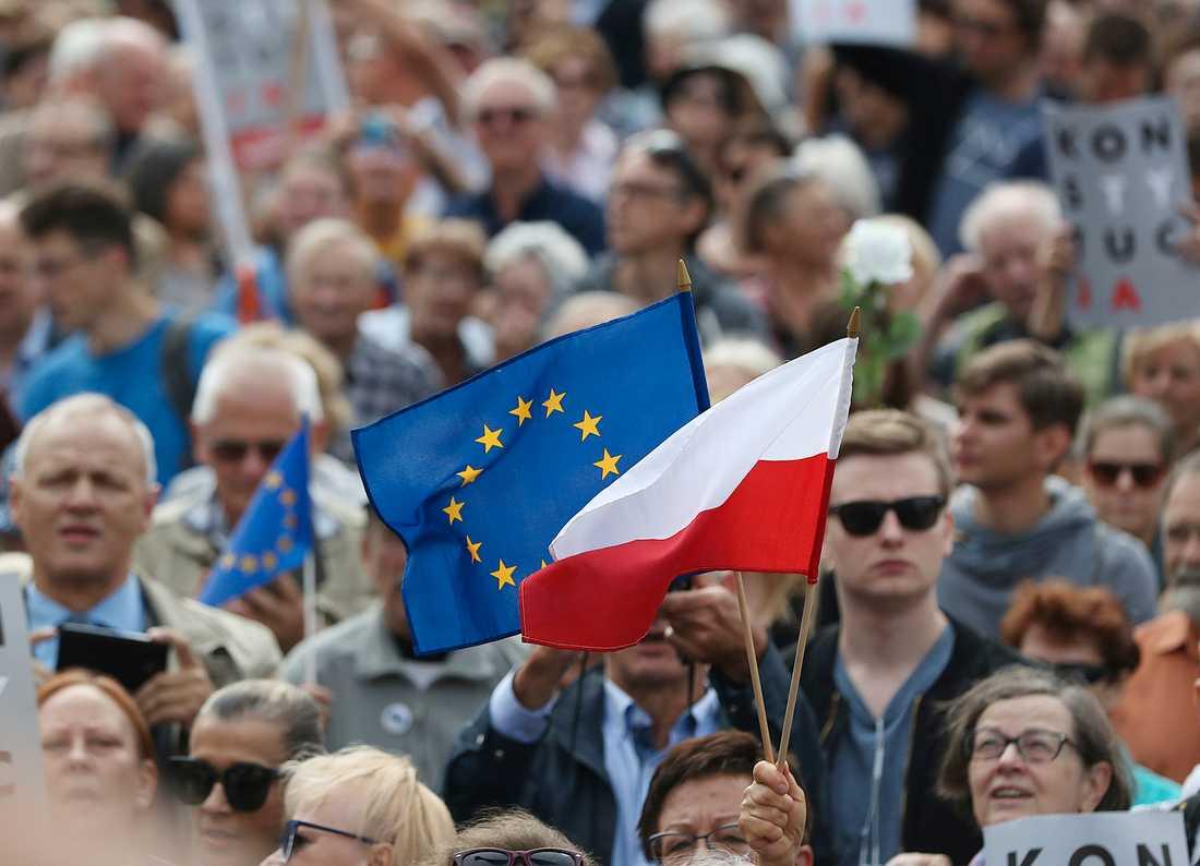 Polens flagga och EU-flaggan vajar tillsammans vid en demonstration i Warszawa. Arkivfoto.