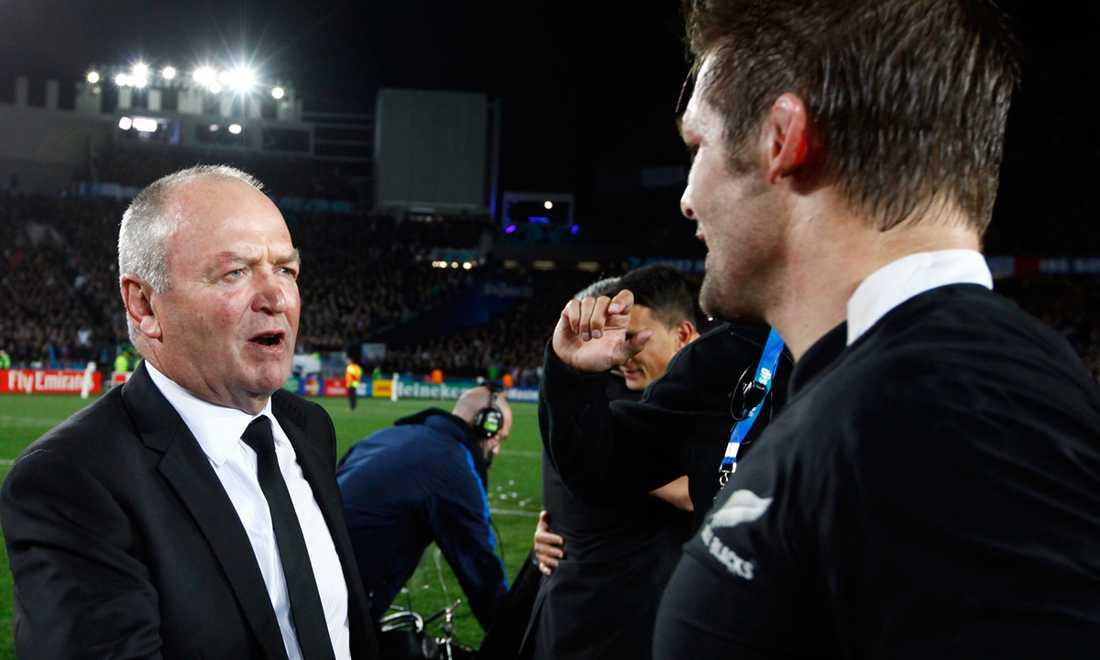 Nya Zeelands coach Graham Henry skakar hand med kaptenen Richie McCaw efter finalsegern.