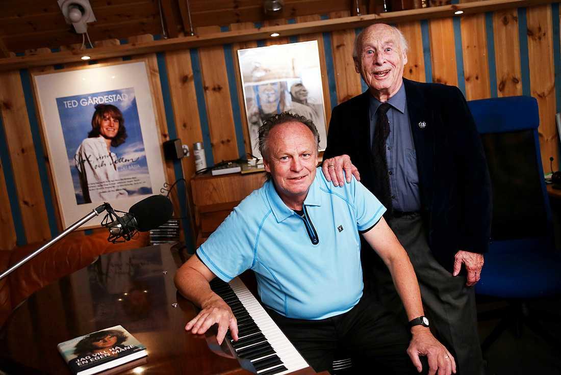 Kenneth och Arne Gärdestad är stolta över att en Tedvisa ligger bakom temat på de nya mynten.