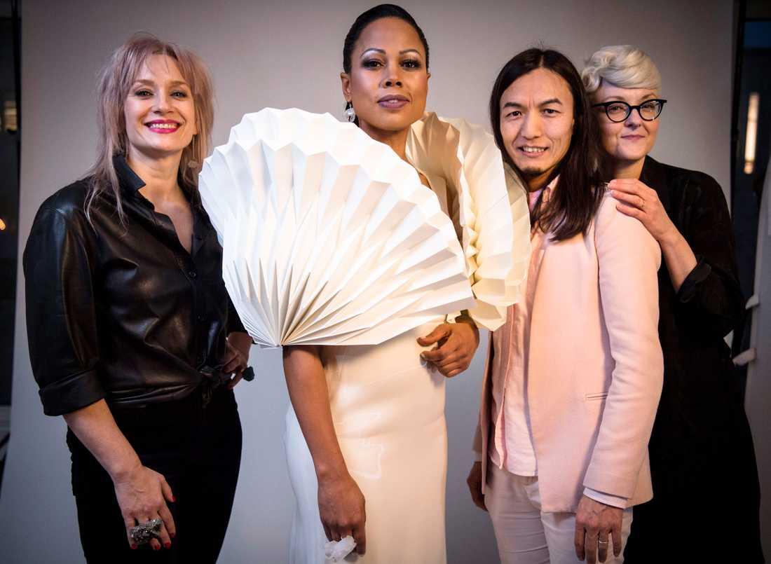 Alice Bah Kuhnke i sin pappersklänning inför Nobelfesten. Med kreatörerna Märta Larsson,  Maim Josefi, Bea Szenfeld och fotograf Ea Czyz.