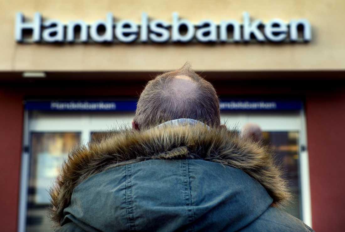 Erik utnyttjades av kriminella till att upplåta sitt bankkonto för överföringar av stulna pengar. Nu har banken frusit alla hans tillgångar, men de vill inte ha hans uppgifter om vem som utförde bedrägerierna.