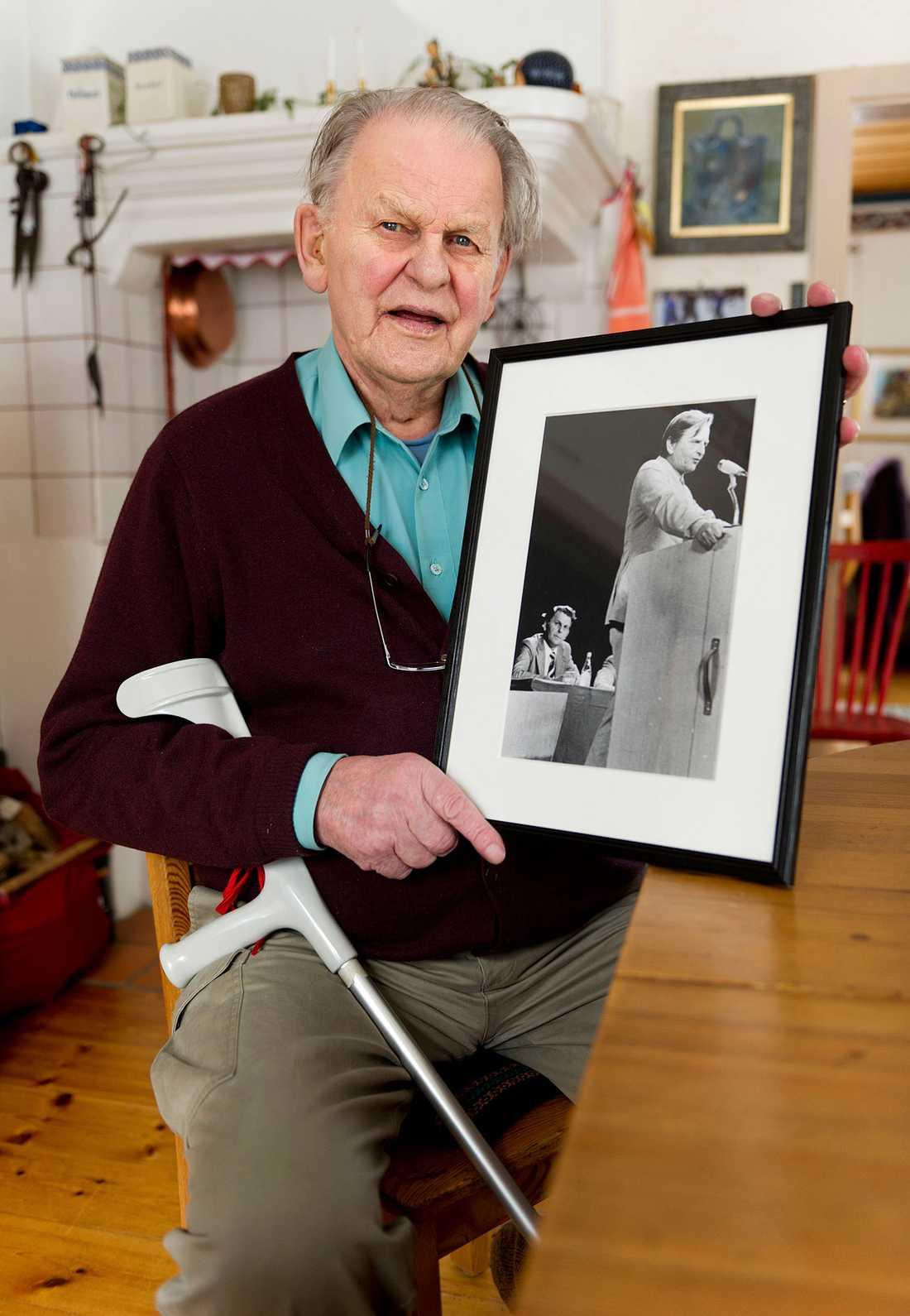 Med en bild på Olof Palme 2011, 25 år sedan mordet.