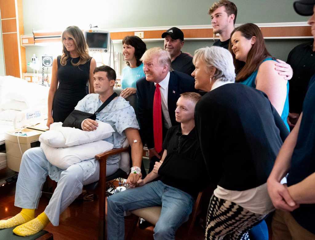 Donald Trump på sjukhuset där han hälsade på skadade efter massakern.