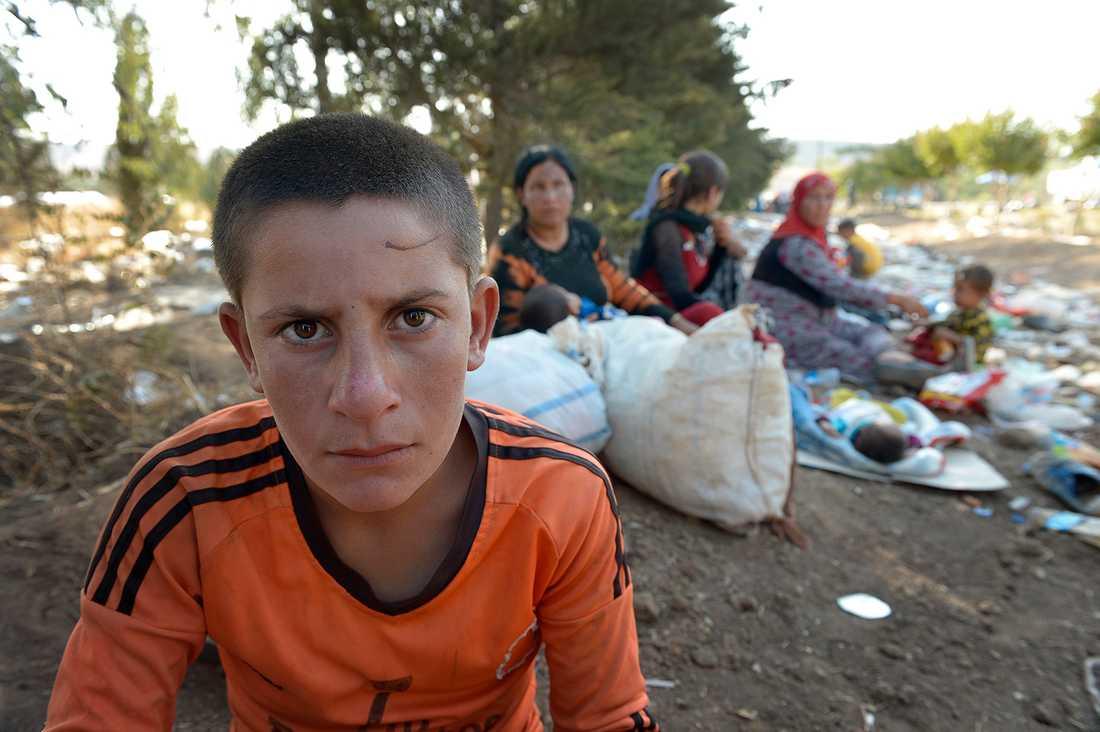 """Letar efter sina föräldrar. Nawaf, 10, ser lastbil efter lastbil köra förbi - men han kan inte se sin familj i någon av dem. """"Varför kommer de inte?"""", frågar han Aftonbladets utsända."""