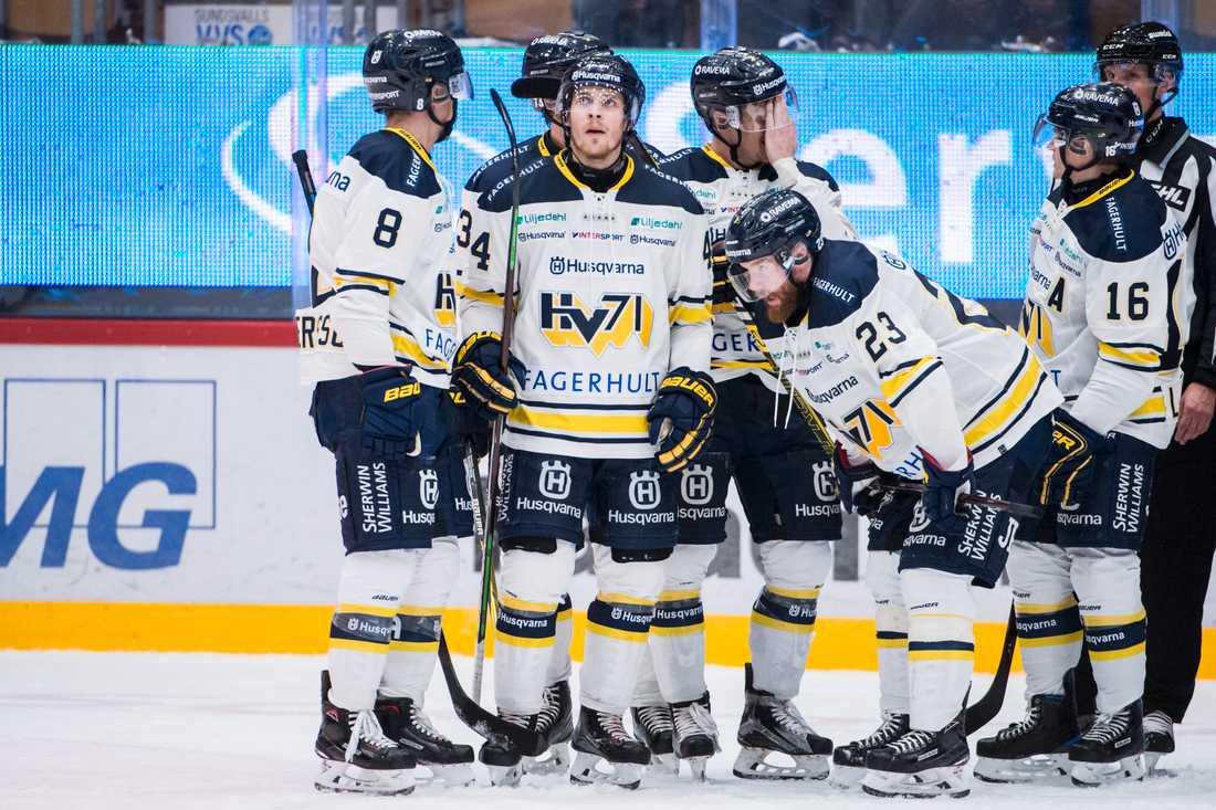 Besvikna HV71-spelare efter förlusten mot Timrå.