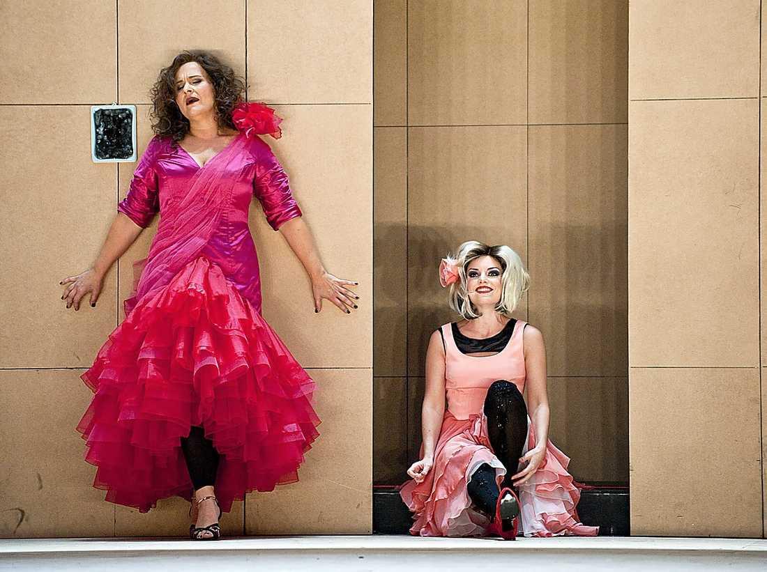 """Sopranerna Katarina Dalayman och Vivianne Holmberg i """"Carmen"""" på Kungliga operan."""