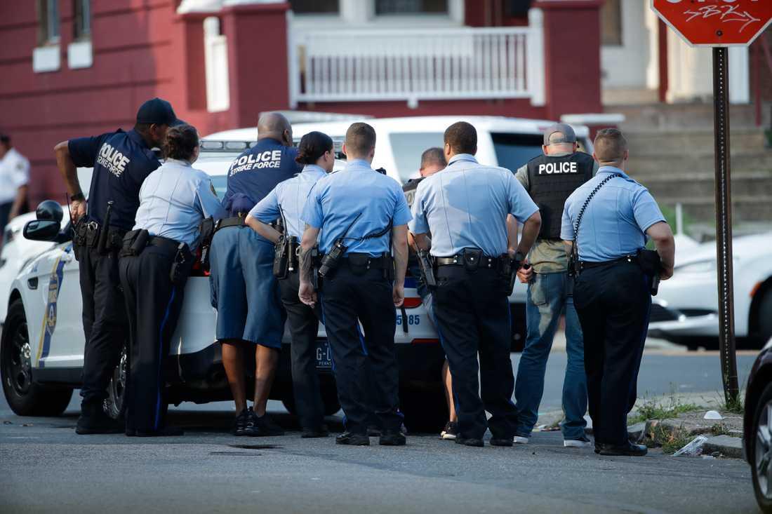 Sex poliser ska ha förts till sjukhus.