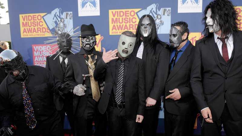 Slipknot är ett av världens mest framgångsrika metalband. Medlemmarna döljer alltid sina ansikten bakom masker. Den avlidne Paul Gray står här näst längst till höger på bilden.