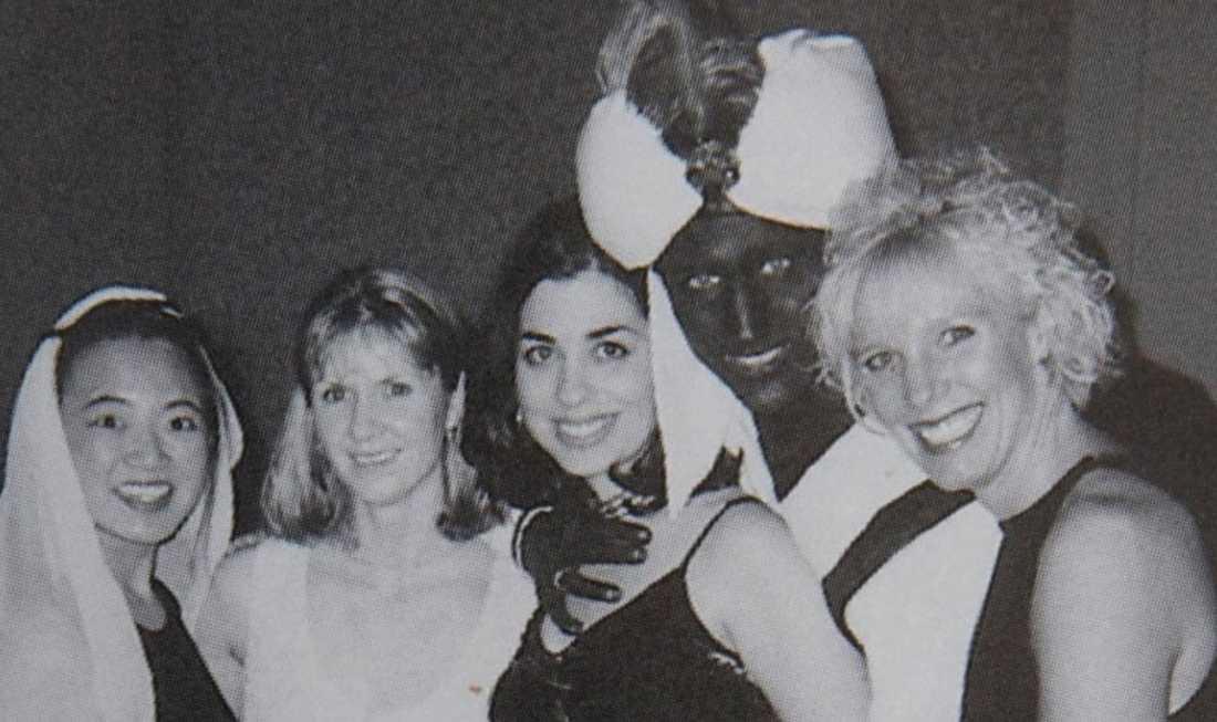Liberala partiets Justin Trudeau målade ansiktet mörkt på en fest 2001. Han har sagt att han inte uppfattade det som rasistiskt då.
