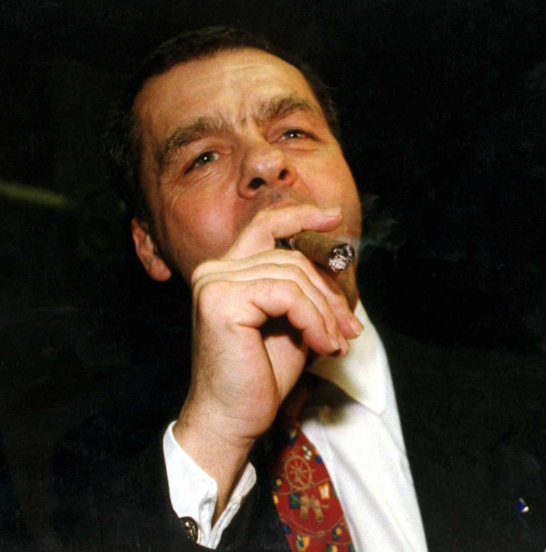 Ulf Dinkelspiel röker en segercigarr efter EU-förhandlingarna i Bryssel 1994.