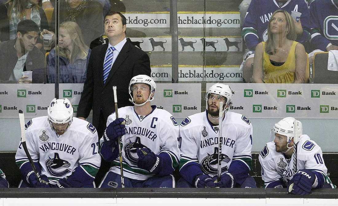 Jeff Tambellini, längst till höger, var med och tog Vancouver  till Stanley Cup-final säsongen 10/11. Här sitter han med bröderna Sedin och Ryan Kesler.