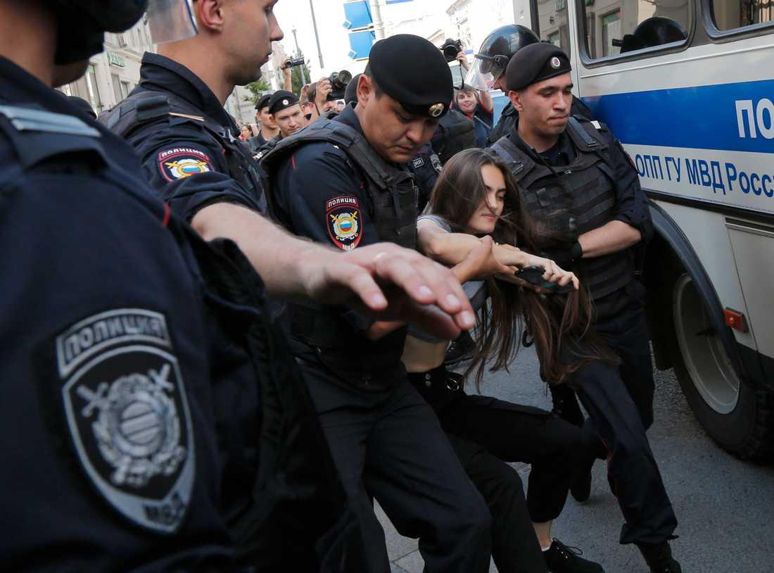 En kvinna grips av rysk polis i Moskva.