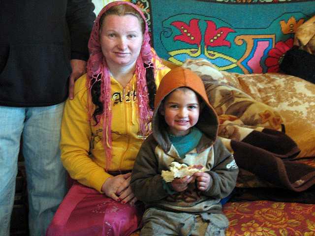 Rifca Stanescu, som blev mormor vid 23, med sitt barnbarn.
