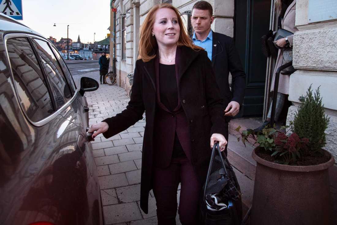 Annie Lööf på väg till pressträffen