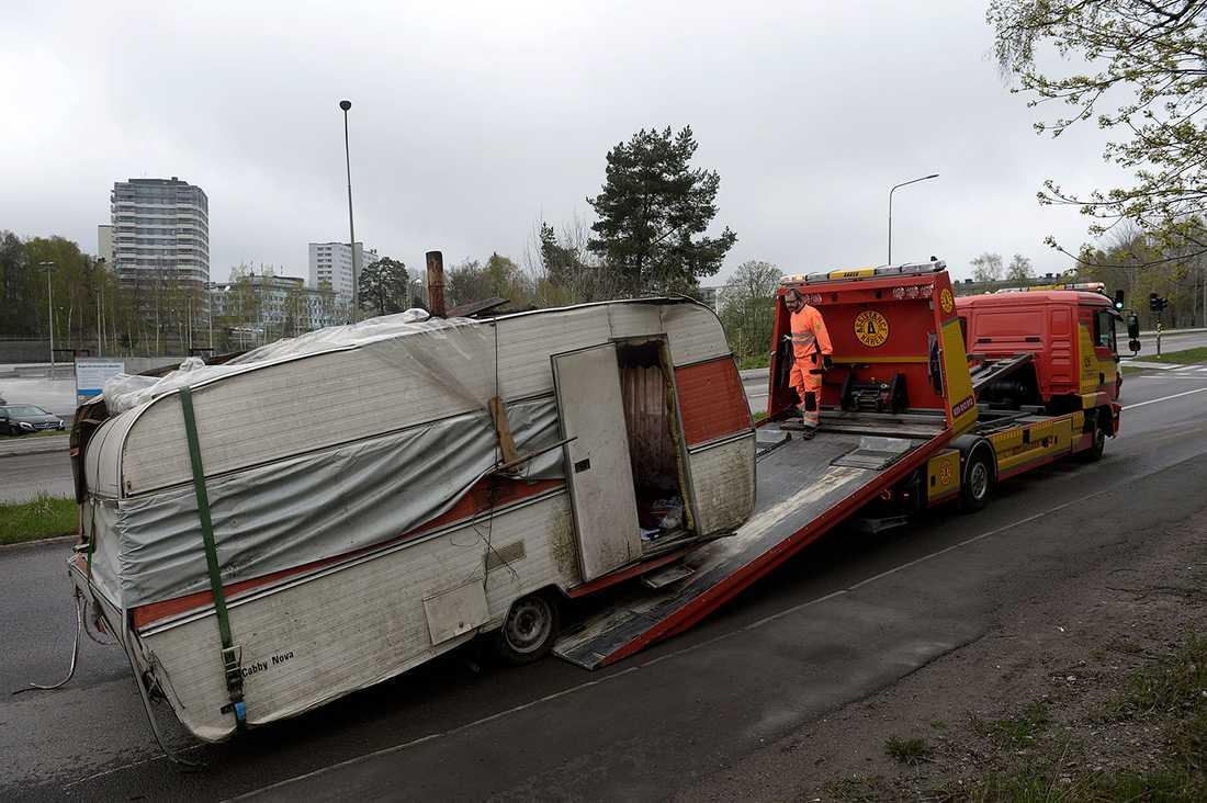 En husvagn förs iväg av bärgare.