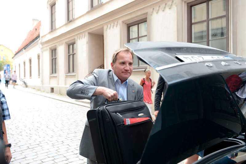 AVFÄRDAR KRITIKEN  Socialdemokraternas partiledare Stefan Löfven anlände till Visby i går. Han avfärdade Annie Lööfs utspel om att partiets offensiv kring småföretagandet är en bluff. I stället gick han till motattack mot C-ledaren.
