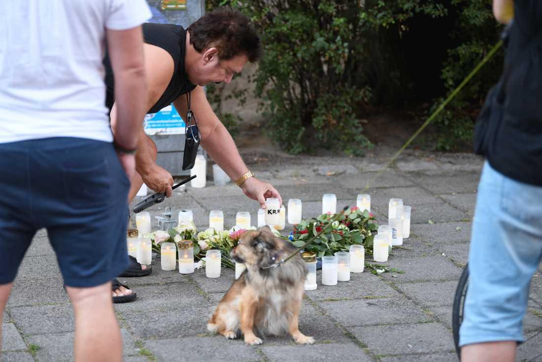 Malmöbon Berndt Carpenton ställer ner ett ljus på platsen där en 30-årig kvinna på måndagsförmiddagen sköts ihjäl på öppen gata.