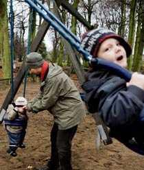 När Andreas och lillebror Hayyr, 1,5, hämtat Egon, 3, på dagis försöker de alltid tillbringa lite tid i lekparken.