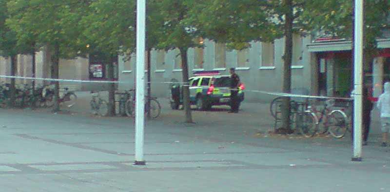 Ett stort område runt Handelsbanken på Fristadstorget i centrala Eskilstuna är avspärrat.