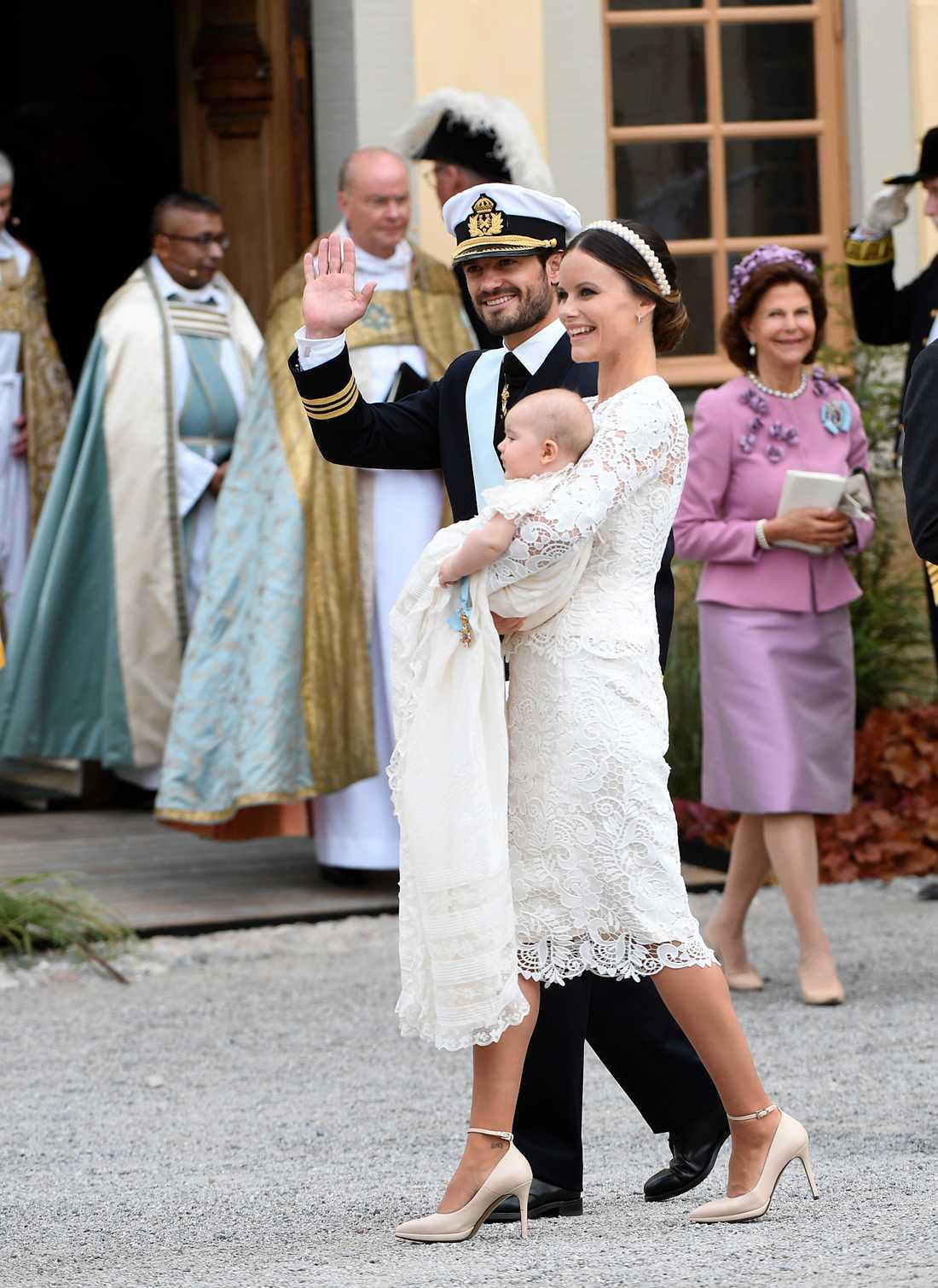 Carl Philip och Sofia vid prins Alexanders dop.