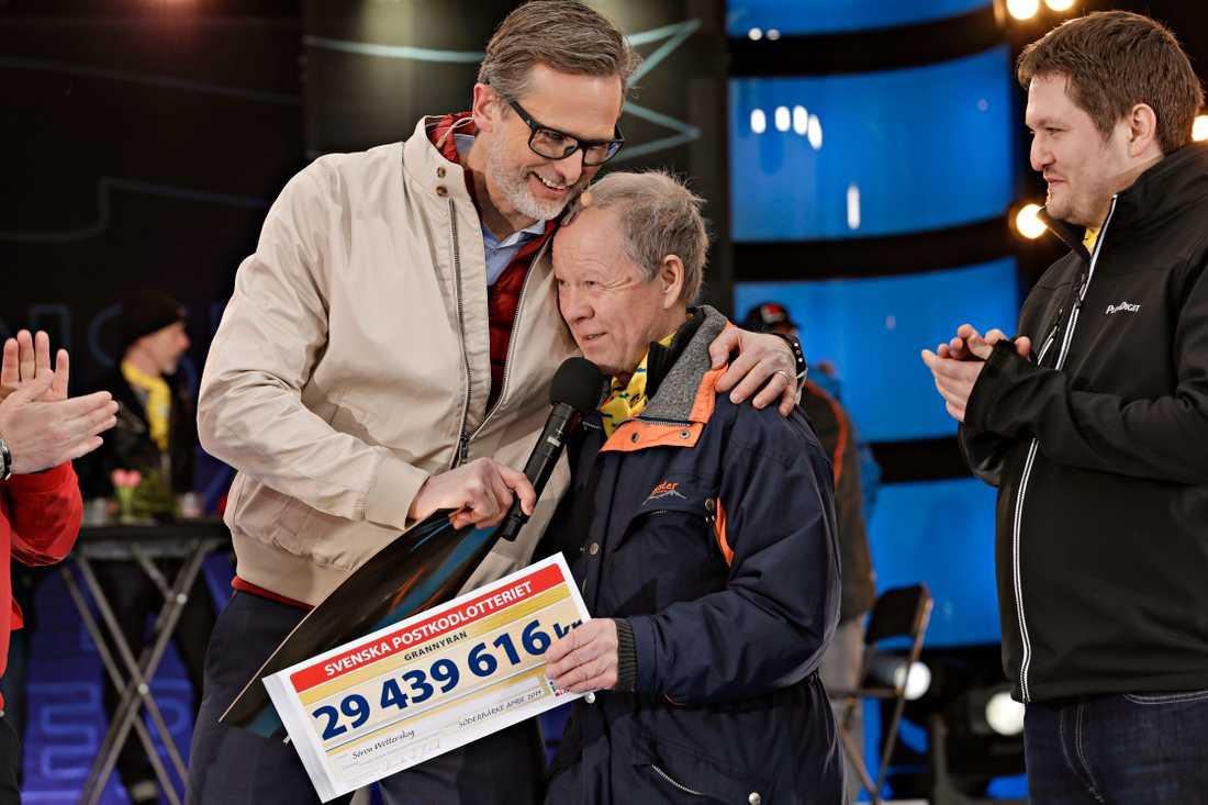 Sören Wetterskog från Söderbärke kan knappt tro sina ögon när han öppnat checken i Postkodlotteriets grannyra och får en kram av programledaren Rickard Sjöberg.