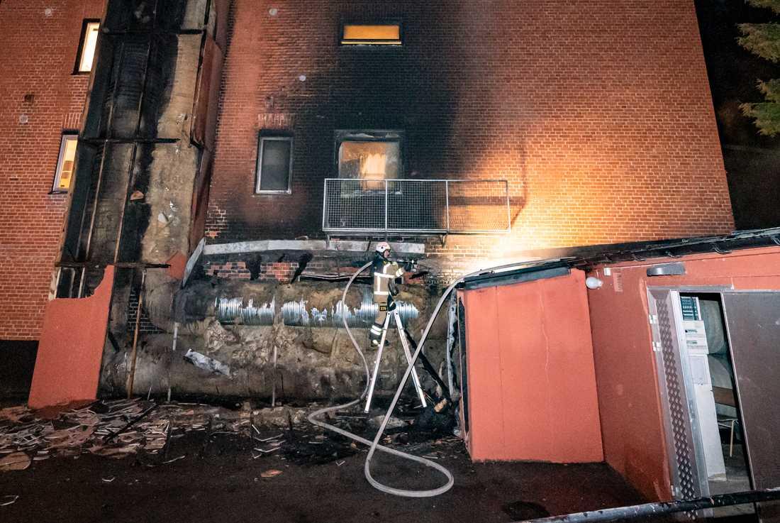 Vid branden på en gymnasieskola i Sankt Lars-området i Lund skadades likkistor som fanns i ett förråd i skolans källare.