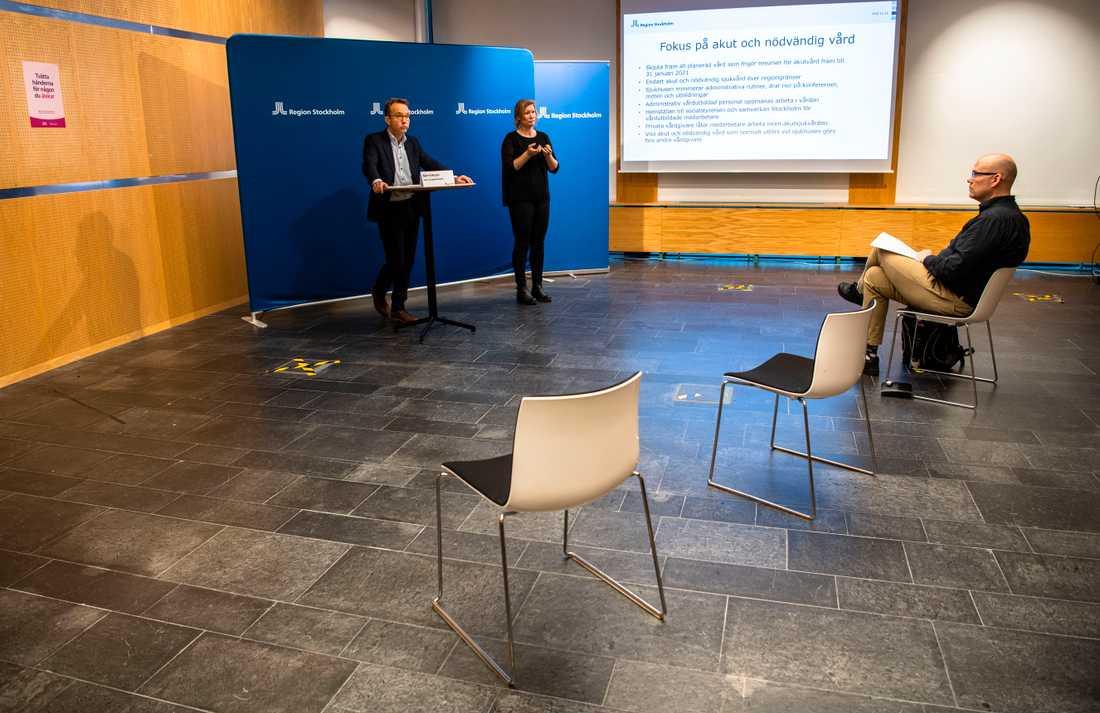 Björn Eriksson leder en ödslig pressträff och träffar sedan media separat i olika stora rum, coronaanpassat.