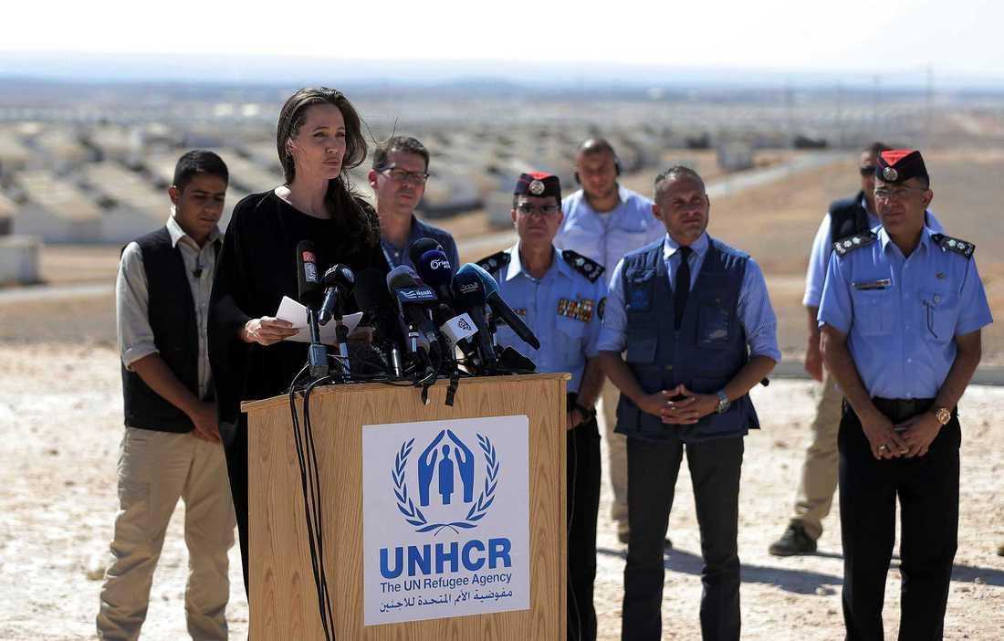 Angelina Jolie har redan idag uppdrag inom FN. Här besöker hon ett flyktingläger i norra Jordanien den 9 september.